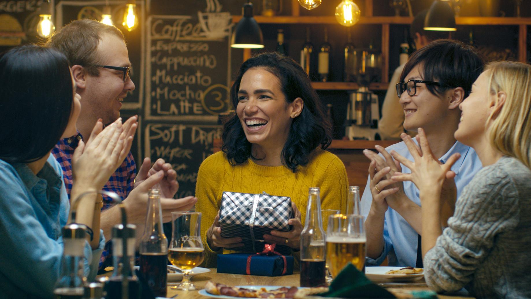 aniversariantes-comemorando-no-bar